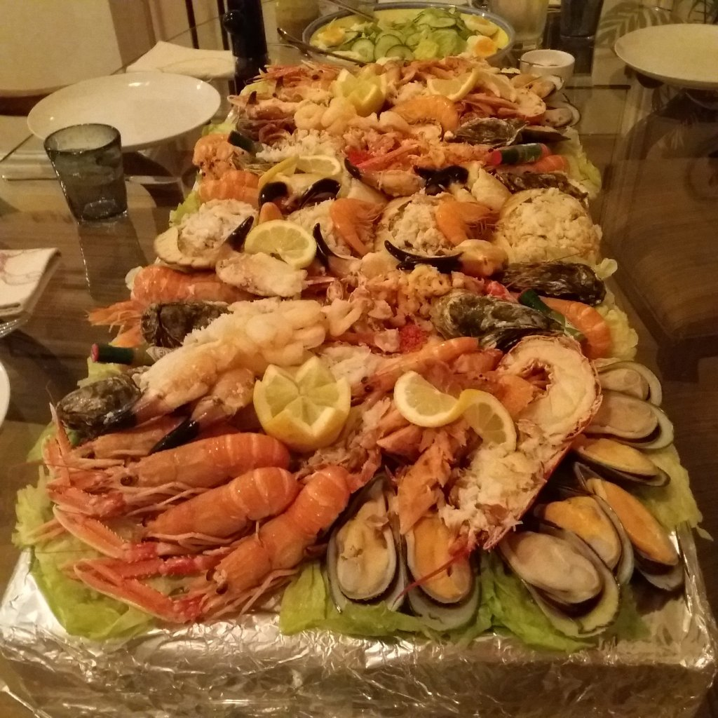 This image has an empty alt attribute; its file name is shellfish-platter.jpg